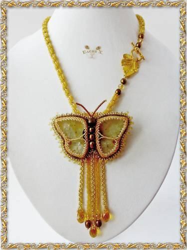 Брошь-бабочка, жгут, петля с подвесками.  Брошь выполнена из агата.